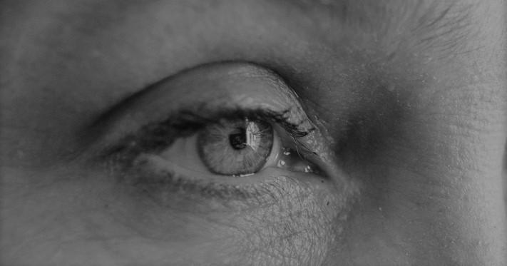 A me gli occhi, chirurgia dello sguardo per sconfiggere il tempo che passa