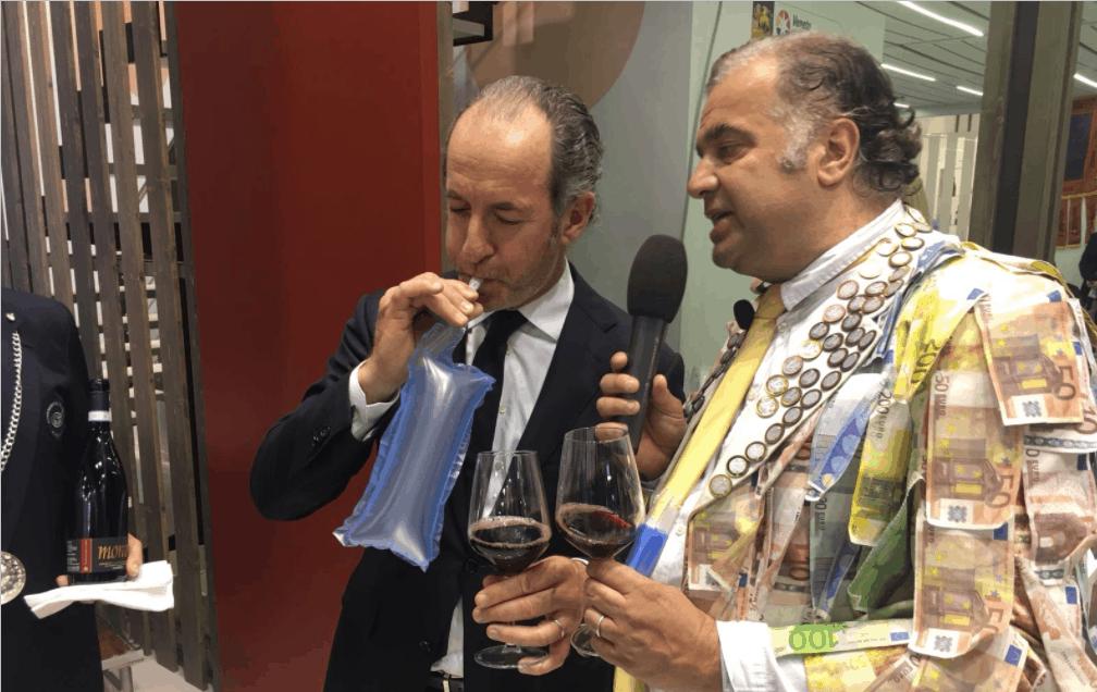 """Vinitaly, il presidente Zaia tra """"prova del palloncino"""" e buone pizze"""
