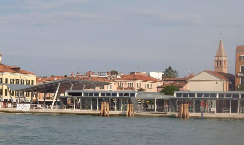 L'omologazione di Venezia alla peggiore terraferma. Brutture e rischi nella città dalle molte lune.
