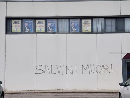 """Imbrattata con la scritta """"Salvini muori"""" la sede regionale della Lega in Friuli Venezia Giulia"""