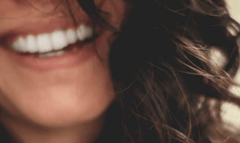 Tutti i trucchi per sorridere in modo sano e piacevole all'estate