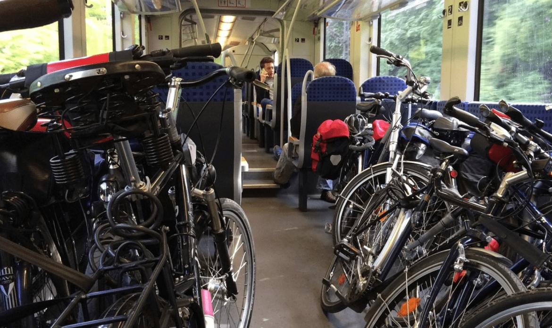 """In treno in bici"""": sconti fino a 150 euro sull'abbonamento per chi compra la bicicletta pieghevole"""