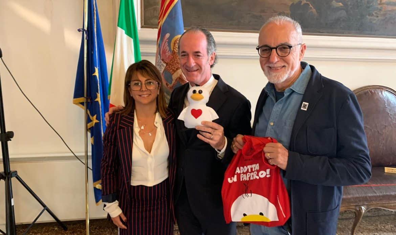 Vicenza for children dona il primo nuovo Papero al governatore Luca Zaia