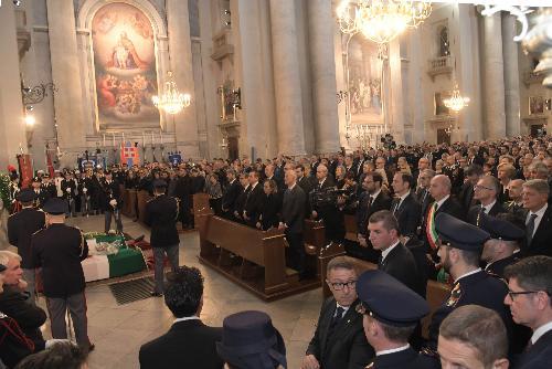Migliaia di persone per l'addio a Trieste dei due agenti uccisi.